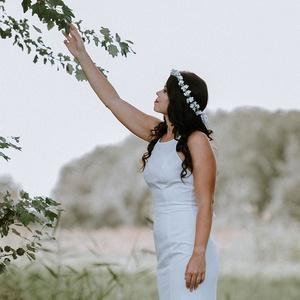 Fehér kisvirágos fejkoszorú esküvőre fotózáshoz - Meska.hu