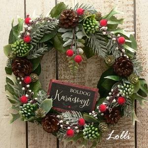 """Örökzöld karácsonyi koszorú, Karácsony & Mikulás, Karácsonyi kopogtató, Minőségi selyemzöldekből készítettem ezt a kis koszorút, amit törpefenyő tobozokkal és  piros kis """"c..., Meska"""