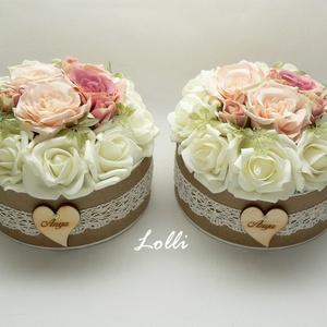 Vintage virágdoboz pár - púderszín rózsákkal, Esküvő, Emlék & Ajándék, Szülőköszöntő ajándék, Virágkötés, A romantikus virágbox habrózsákkal, púderszín selyemrózsákkal. \nA kraft virágboxot vintage csipke dí..., Meska