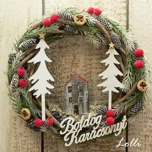 Házikós karácsonyi koszorú, Karácsony & Mikulás, Karácsonyi kopogtató, Cuki kis piros tetejű házikóval, fehér fenyőfákkal, apró fenyőágakkal, és pirosbogyókkal készítettem..., Meska