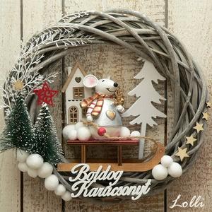 Karácsonyi mese koszorú, Karácsony & Mikulás, Karácsonyi kopogtató, Téli mesekoszorú hógolyókkal, szánkózó egérkével  Egy 25cm szürkés vessző alapot, kis fenyőkkel, fah..., Meska