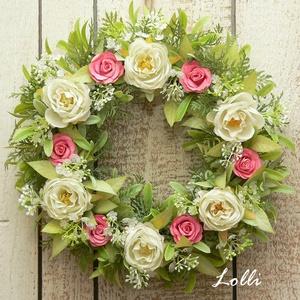 Tavaszi rózsás koszorú, Otthon & Lakás, Dekoráció, Ajtódísz & Kopogtató, Műzöldekkel, ekrü kis selyemrózsákkal és korall papírrózsákkal díszített vesszőkoszorú 24cm átmérőjű..., Meska