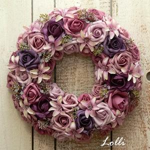 Mályva rózsás koszorú, Otthon & Lakás, Dekoráció, Ajtódísz & Kopogtató, Mályva és lila habrózsákból készült koszorú, finom viráokkal díszítve. 30cm átmérőjű impozáns ajtódí..., Meska