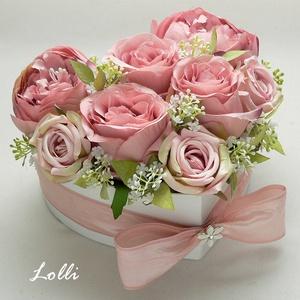 Púder rózsás szív virágdoboz, Esküvő, Emlék & Ajándék, Szülőköszöntő ajándék, Egy szív alakú virágdobozba csodaszép púderszín selyemrózsákat tettem, és egy ékkövesmasni díszíti a..., Meska