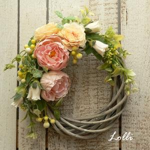 RomanticGarden tavaszi koszorú, Otthon & Lakás, Dekoráció, Ajtódísz & Kopogtató, Virágkötés, Prémium barackszín selyemvirágokkal és műzöldekkel díszített tavaszi kiskoszorú, ami egy romantikus ..., Meska