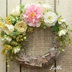 Tavaszi koszorú rózsaszín virággal, Otthon & Lakás, Dekoráció, Ajtódísz & Kopogtató, Virágkötés, Prémium minőségű selyemvirágokkal és műzöldekkel díszített tavaszi koszorú.\n/A kéregdíszítés csak az..., Meska