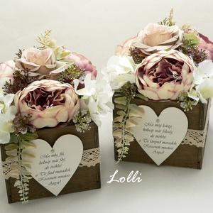 Vintage rózsás szülőköszöntő virágdobozok párban, Esküvő, Emlék & Ajándék, Szülőköszöntő ajándék, 13x13x20cm /virágokkal együtt 20cm magas/ méretű szülőköszöntő ládikók,  elejükön feliratos fa szíve..., Meska
