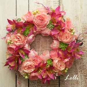 WildBlooms virágkoszorú, Otthon & Lakás, Dekoráció, Ajtódísz & Kopogtató, Prémium selyemvirágokkal - barackszín rózsákkal, és pink liliomokkal, valamint zöld kövirózsákkal és..., Meska