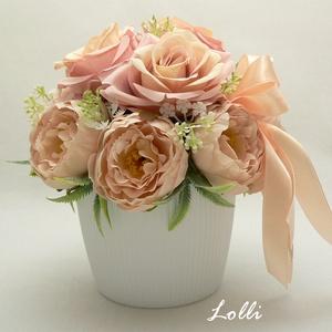 Barackszín virágok kaspóban, Esküvő, Emlék & Ajándék, Szülőköszöntő ajándék, Egy könnyű műanyag kaspóba tettem prémium minőségű halvány barackszín boglárkákat és rózsákat. A ter..., Meska