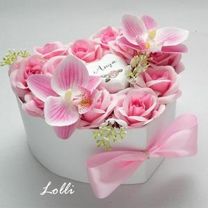 """Rózsaszín orchideás szív virágdoboz - kicsi, Otthon & Lakás, Dekoráció, Csokor & Virágdísz, Szív dobozban, rózsaszín rózsák, rózsaszín orchideák, és egy fa szív kézzel írt """"Anya"""" felirattal. M..., Meska"""