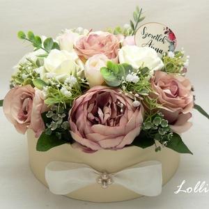 """VintagePeonies selyemvirágdoboz virágdoboz virágbox, Otthon & Lakás, Dekoráció, Csokor & Virágdísz, 19cm átmérőjű virágdoboz prémium minőségű selyemvirágokkal -bazsarózsa, rózsák, és egy """"Szeretlek An..., Meska"""