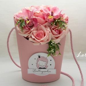 Orchideás ballagási tarisznya - selyemvirágdoboz, Otthon & Lakás, Dekoráció, Csokor & Virágdísz, Virágkötés, Saját tervezésű trendi ballagási tarisznya\nrózsaszín rózsákkal, orchideákkal, a tarisznya a vállon á..., Meska