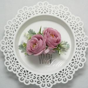 Mályvarózsás rózsás fejdísz, Esküvő, Hajdísz, Fésűs hajdísz, Virágkötés, \nCsodás finom mályva rózsákkal, és  zöldekkel díszített selyemvirág fejdísz\nA virágkompozíció mérete..., Meska