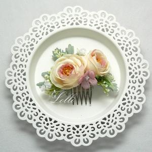 Bézsrózsás rózsás fejdísz, Esküvő, Hajdísz, Fésűs hajdísz, Virágkötés, Csodás finom bézs rózsákkal, és  zöldekkel díszített selyemvirág fejdísz\nA virágkompozíció mérete: 1..., Meska