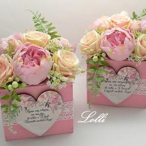 Rózsaszín rózsás szülőköszöntő selyemvirág dobozok párban, Esküvő, Emlék & Ajándék, Szülőköszöntő ajándék, Virágkötés, 13x13x11cm /virágokkal együtt 18cm magas, és 15cm átmérőjű/ méretű ládikók csodás rózsaszín rózsákka..., Meska