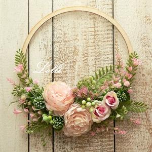 Romantikus selyemvirág koszorú, Otthon & Lakás, Dekoráció, Ajtódísz & Kopogtató, Virágkötés, Romantikus koszorú, csodás barack rózsákkal, finom páfrányokkal\nA fakarika 24,5cm átmérőjű\nEgy lapos..., Meska
