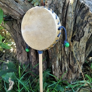 nyeles  dob bőrböl- sámándob, Művészet, Hangszer & Hangszertok, Bőrművesség, Ezt a hangszert a nyelénél fogva pörgetve tudod megszóllaltatni.A dob börből készült fa rúddal. \n A ..., Meska