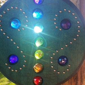 színcsalogató, Otthon & Lakás, Famegmunkálás, Üvegművészet, Színcsalogató\n.Játék a színekkel.A beáramlmló fény a színes üvegkristályokat átvilágítva megmelenget..., Meska