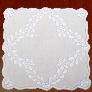 """Fehér alapon fehéren hímzett kisterítő, alátét \""""Anasztázia\"""", Otthon & lakás, Dekoráció, Lakberendezés, Lakástextil, Terítő, Hímzés, Hangulatos, kalocsai mintás, ehér alapon fehér hímzéssel varrott kisteritő, alátét\n\nMérete: 26x26 cm..., Meska"""