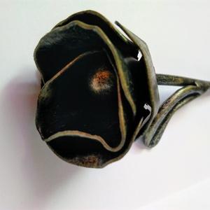 Rózsa kovácsoltvasból, Csokor & Virágdísz, Dekoráció, Otthon & Lakás, Fémmegmunkálás, Kovácsoltvas, Kisebb méretű, gyönyörű kovácsoltvas rózsa.\nMatt fekete festésre került az arany antikolás.\n\nHossz: ..., Meska