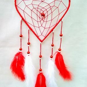 Horgolt álomfogó, álomcsapda, Álomfogó, Dekoráció, Otthon & Lakás, Horgolás, Gyönyörű, szív alakú, horgolt álomfogó, piros és fehér tollakkal, gyöngyökkel.\nSzív forma méretei:\n-..., Meska