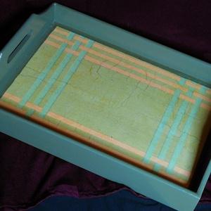TÁLCA /szürke-rózsaszín mintás/, Tálca, Konyhafelszerelés, Otthon & Lakás, Decoupage, transzfer és szalvétatechnika, Festett tárgyak, Szürke-rózsaszín csíkozott mintás fa tálca, lakkozott.\n\n(elmosogatható, de mosógépbe nem rakható!)\n\n..., Meska