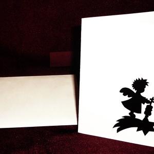 KARÁCSONYI ÜDVÖZLŐLAP / ÜDVÖZLŐKÁRTYA, ajándékkísérő, képeslap (hegedűs), Karácsonyi képeslap, Karácsony & Mikulás, Otthon & Lakás, Papírművészet, Fehér kartonpapír alapra fekete öntapadós tapétából készített minta (borítékkal)\nA karácsonyi ajándé..., Meska