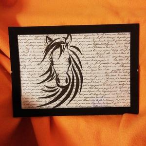 LÓ / FALI KÉP (A/4-es méretű), Otthon & lakás, Lakberendezés, Képzőművészet, Vegyes technika, Falikép, Festett tárgyak, Írott mintás papírlapra fekete alkoholos filccel rajzolt stilizált LÓ-figura,\nfekete bársony-keretbe..., Meska