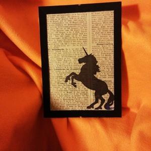 UNIKORNIS / FALI KÉP (A/4-es méretű), Kép & Falikép, Dekoráció, Otthon & Lakás, Festett tárgyak, Egykori német nyelvű napilapra fekete alkoholos filccel rajzolt stilizált UNIKORNIS-figura, fekete b..., Meska