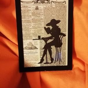 """NŐ A KÁVÉZÓBAN / FALI KÉP (A/4-es méretű), Otthon & lakás, Lakberendezés, Képzőművészet, Vegyes technika, Falikép, Festett tárgyak, Egykori \""""The Daily Universal Register\"""" napilapra fekete alkoholos filccel rajzolt stilizált NŐ A KÁV..., Meska"""