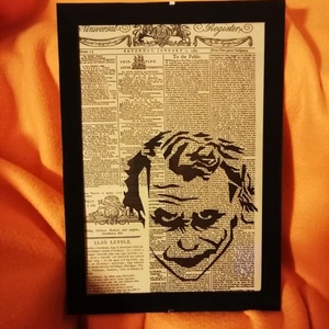 """JOKER (Heath Ledger) / FALI KÉP (A/4-es méretű), Otthon & lakás, Lakberendezés, Képzőművészet, Vegyes technika, Falikép, Festett tárgyak, Egykori \""""The Daily Universal Register\"""" napilapra fekete alkoholos filccel rajzolt stilizált JOKER-fi..., Meska"""