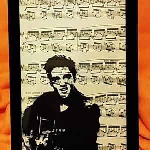 ELVIS PRESLEY / FALI KÉP (A/4-es méretű), Otthon & Lakás, Dekoráció, Kavics & Kő, Festett tárgyak, Kottára fekete alkoholos filccel rajzolt stilizált figura, fekete bársony-keretben. \n\nMérete: 30 cm ..., Meska