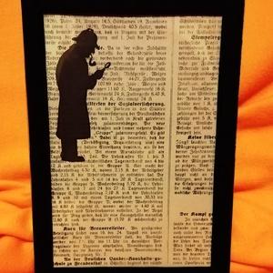 MAIGRET RENDŐR FELÜGYELŐ / NYOMOZÓ / FALI KÉP (A/4-es méretű), Otthon & Lakás, Dekoráció, Kavics & Kő, Festett tárgyak, Egykori német nyelvű papírra fekete alkoholos filccel rajzolt stilizált figura, fekete bársony-keret..., Meska