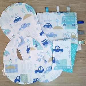 """Baba látogató ajándék csomag 4 db-os \""""kék autós\"""", Játék & Gyerek, Babalátogató ajándékcsomag, Varrás, Baba látogató ajándék csomag tartalma:\n- készségfejlesztő cimkekendő (25x25)\n- előke (26x30)\n- büfiz..., Meska"""