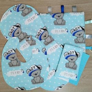 """Baba látogató ajándék csomag 4 db-os \""""It\'s a boy kék macis\"""", Játék & Gyerek, Babalátogató ajándékcsomag, Varrás, Baba látogató ajándék csomag tartalma:\n- készségfejlesztő cimkekendő (25x25)\n- előke (26x30)\n- büfiz..., Meska"""