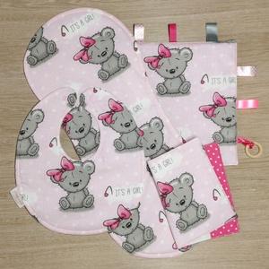 """Baba látogató ajándék csomag 4 db-os \""""It\'s a girl rózsaszín macis\"""", Játék & Gyerek, Babalátogató ajándékcsomag, Varrás, Baba látogató ajándék csomag tartalma:\n- készségfejlesztő cimkekendő (25x25)\n- előke (26x30)\n- büfiz..., Meska"""