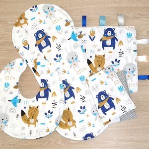 """Baba látogató ajándék csomag 4 db-os \""""kék-szürke macis nyuszis\"""", Játék & Gyerek, Babalátogató ajándékcsomag, Varrás, Baba látogató ajándék csomag tartalma:\n- készségfejlesztő cimkekendő (25x25)\n- előke (26x30)\n- büfiz..., Meska"""