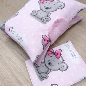 """Baba látogató ajándék csomag 2db-os \""""It\'s a girl rózsaszín macis\"""", Játék & Gyerek, Babalátogató ajándékcsomag, Varrás, Baba látogató ajándék csomag tartalma:\n- utazó pelenkatartó táska (26x40)\n- eü. kiskönyv borító (18x..., Meska"""