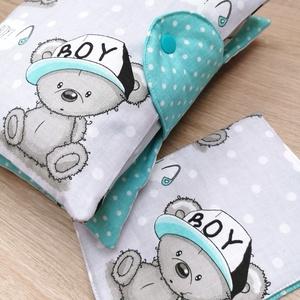 """Baba látogató ajándék csomag 2db-os \""""It\'s a boy macis szürke alapon\"""", Játék & Gyerek, Babalátogató ajándékcsomag, Varrás, Baba látogató ajándék csomag tartalma:\n- utazó pelenkatartó táska (26x40)\n- eü. kiskönyv borító (18x..., Meska"""