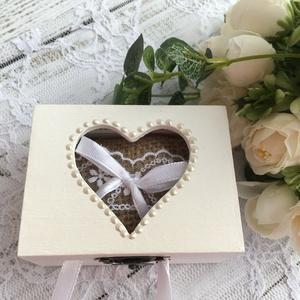 ÚJ!!! Gyűrűtartó doboz esküvőre, eljegyzésre szív kivágással - gyűrűpárna, Esküvő, Gyűrűtartó & Gyűrűpárna, Kiegészítők,  Ha nem szeretnéd az esküvődre az unalmas gyűrűpárnát választani, jó helyen jársz :)  Egyedi, másik ..., Meska