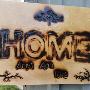 Otthon tábla égetett felirattal, 8000V-al díszítve, Otthon & Lakás, Dekoráció, Falra akasztható dekor, Akár egyedi tervek, elképzelések alapján, személyre szabható! Részletek hamarosan! Préselt falapra é..., Meska