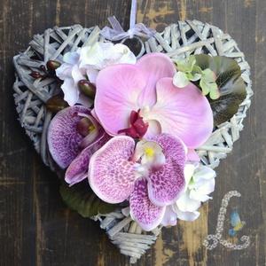 Dísz orchideával, Otthon & lakás, Dekoráció, Dísz, Lakberendezés, Virágkötés, 25 cm-es, szürke rattan szív alapra helyeztem el élethű orchideákat és hortenziát., Meska
