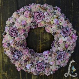 Nagy romantikus koszorú lilásrózsaszín cédrusrózsákkal, Otthon & lakás, Dekoráció, Dísz, Lakberendezés, Ajtódísz, kopogtató, Virágkötés, 30 cm-es szalma alapra készítettem el ezt a koszorút. Díszítéshez száraz virágokat, terméseket haszn..., Meska