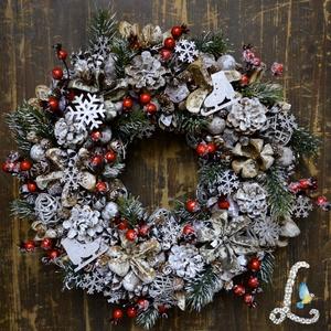 Nagy téli koszorú csipkebogyóval, fenyőágakkal, ezüst hópelyhekkel, Karácsony & Mikulás, Karácsonyi dekoráció, Virágkötés, 30 cm-es szalma alapra készítettem el ezt a koszorút. A díszítéshez száraz terméseket, tobozokat, él..., Meska