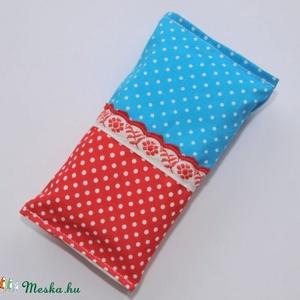 Papírzsebkendő tartó kék piros pöttyös, Táska & Tok, Neszesszer, Varrás, 10 db papírzsebkendő fér bele.\n\nKülseje: Kiváló minőségű pamut. Nem veszíti színét, formáját.\n\nTiszt..., Meska