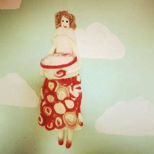 Virág kisasszony  nemez  gyapjú Tilda-szerű baba, Gyerek & játék, Gyerekszoba, Dekoráció, Otthon & lakás, Nemezelés, Függeszthető Virág kisasszony  baba , kis kosárral, amibe zsebkendőt vagy kincseket lehet tárolni. R..., Meska