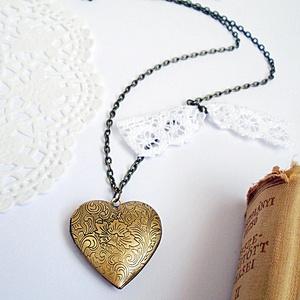 Nyaklánc  szív alakú medállal, Ékszer, Nyaklánc, Ékszerkészítés, 2,8 x 2,8 cm-es szív alakú medállal készült nyaklánc.  A medál fényképtartós, nyitható A nyakláncra..., Meska