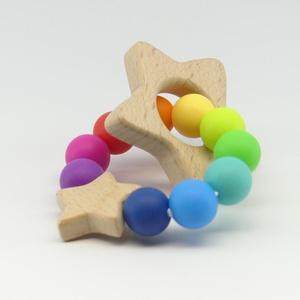 Marokrágcsa / rágókarika - Csillagos - Szivárvány, Rágóka, 3 éves kor alattiaknak, Játék & Gyerek, Ékszerkészítés, Gyöngyfűzés, gyöngyhímzés, A szivárvány színeiből összeállított szilikon marokrágcsa, melyre egy csillag alakú fa rágóka lett f..., Meska