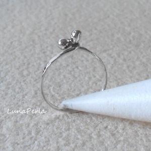 Drótos-bogyós ezüst gyűrű, Ékszer, Gyűrű, Ékszerkészítés, Ötvös, 1,2 mm-es ezüstdrótból készítettem ezt a gyűrűt, políroztam.\n\nBelső átmérője 17,5mm.\n\n\n\n\n\n\n\n\n..., Meska