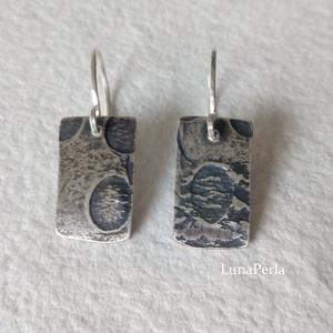 Nyomott mintás ezüst fülbevaló, Ékszer, Fülbevaló, Ékszerkészítés, Ötvös, Egyedi mintával alakított ezüstlemezzel készítettem ezt a fülbevalót.\nA lemez mérete 18x10 mm, a fül..., Meska